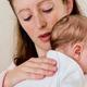Почему ребенок срыгивает фонтаном после кормления