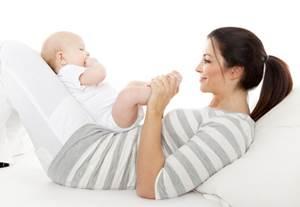 во сколько месяцев ребенок начинает сидеть
